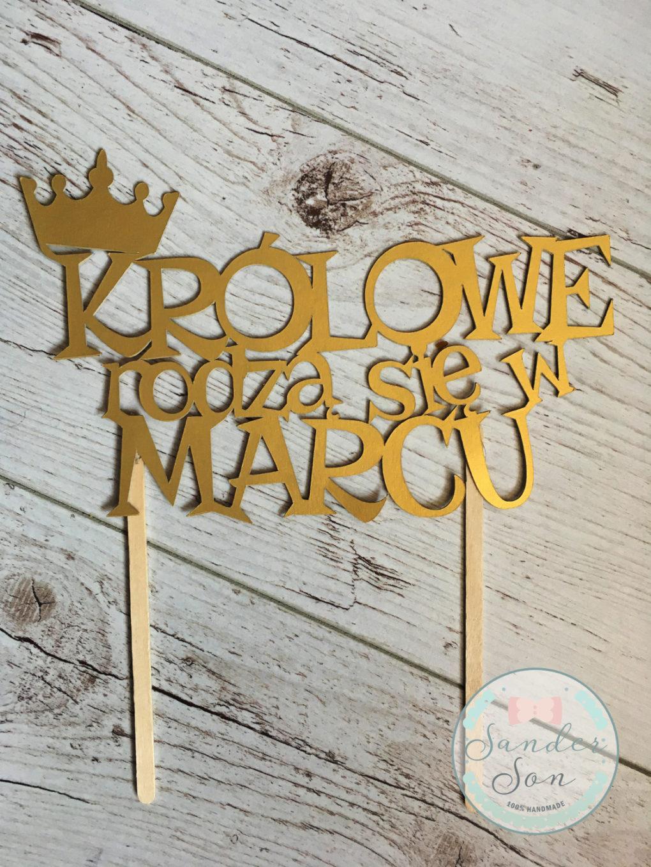 cake topper z napisem królowe rodzą się w marcu oraz koroną w kolorze złotym